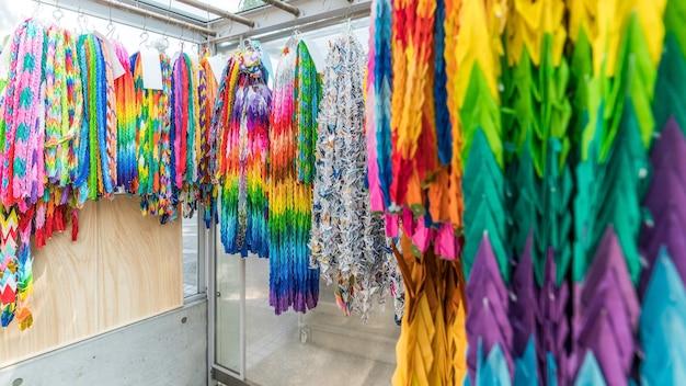 Miles de grullas de origami de todo el mundo en el monumento a la paz de los niños de japón
