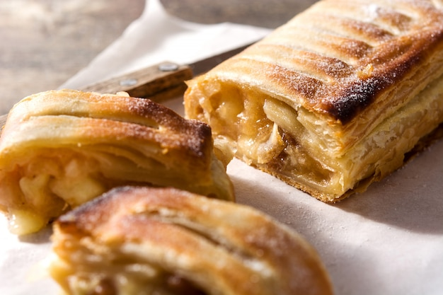 Milhojas de manzana upmade homelose tradicional en la mesa de madera.