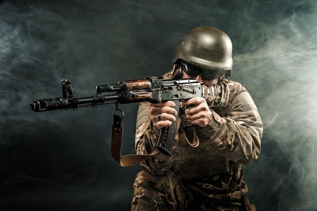 Militar apuntando en humo