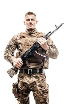 Militar armado en uniforme