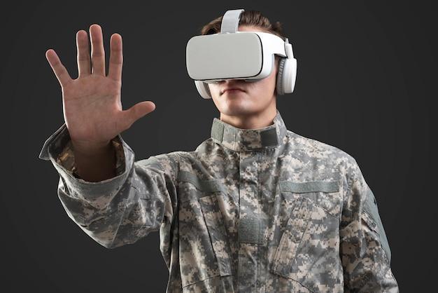 Militar con casco de realidad virtual en entrenamiento de simulación