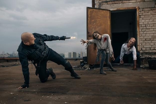 Militar con pistola dispara a zombies, persecución mortal