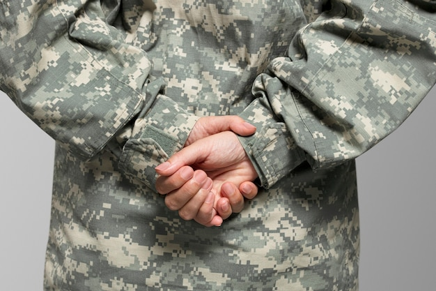 Militar en primer plano de posición de descanso de desfile