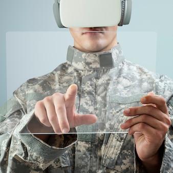 Militar con tableta transparente con casco de realidad virtual