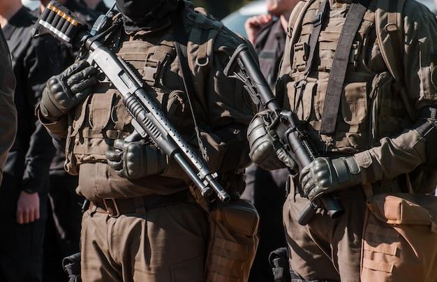 Los militares se mantienen en un arma.