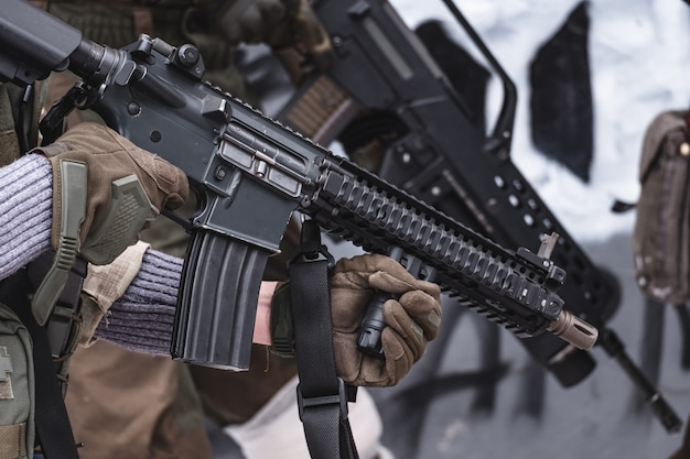 Los militares con rifles se están preparando para el asalto.