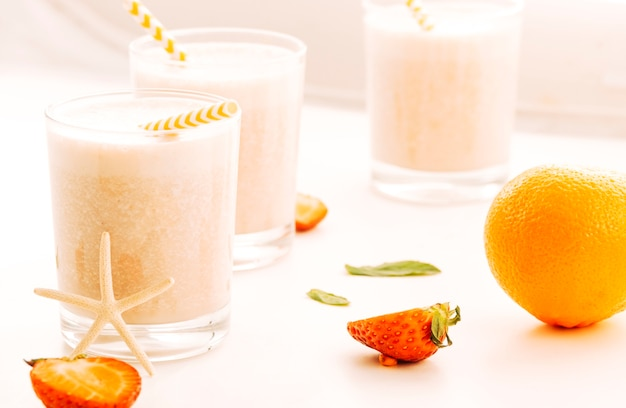 Milkshake servido con bayas y frutas.