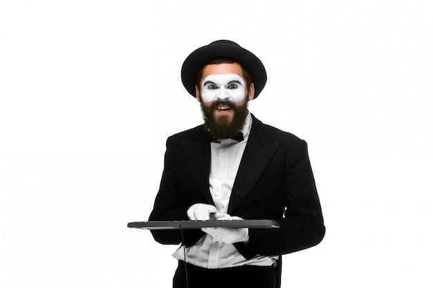 Mime como hombre de negocios con un teclado