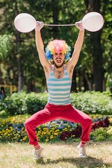 Mime realiza en el parque con globos.
