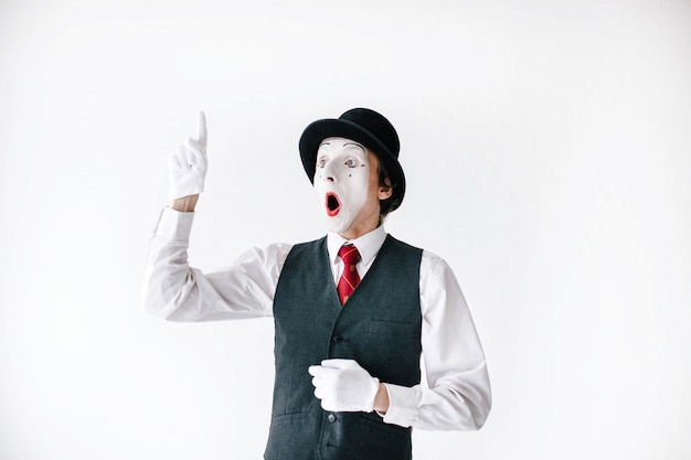 El mime sorprendido sostiene su dedo para arriba