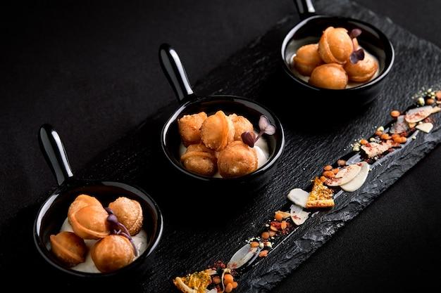 Mini bolas de masa hervida en un plato hermoso. concepto de comida para catering.