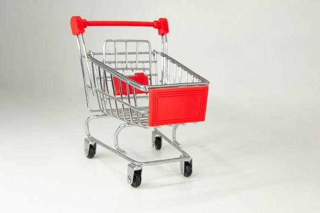 Mini carrito de la compra de hierro realista con piezas de plástico rojo.