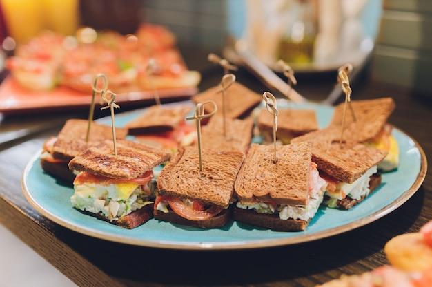 Mini club sándwiches con pollo, tocino y huevos.