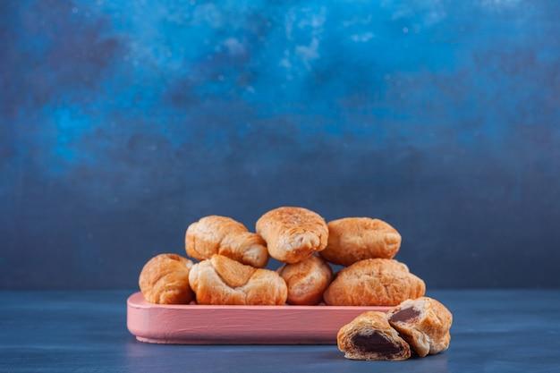 Mini croissants de hojaldre con costra dorada.