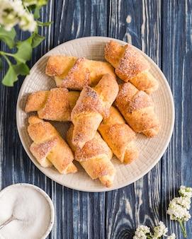 Mini cruasanes caseros del requesón en un fondo de madera azul. desayuno con croissants