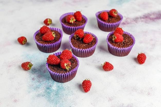 Mini cupcakes de sufle de chocolate con frambuesas.