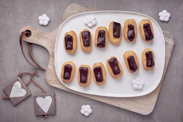 Mini eclairs de vainilla con glaseado de chocolate