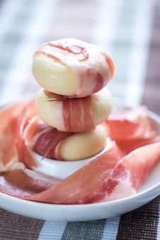Mini envolturas de queso y jamón en el plato