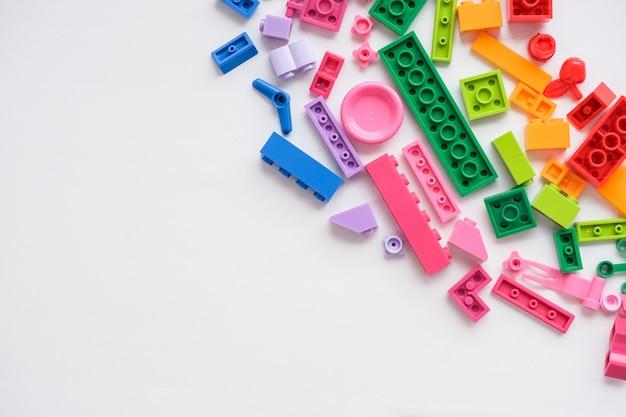 Mini figura de lego. lego es un juego popular. juguetes de construcción fabricados por el grupo lego. bloques de plástico de colores sobre fondo blanco. juguete de plástico para niños