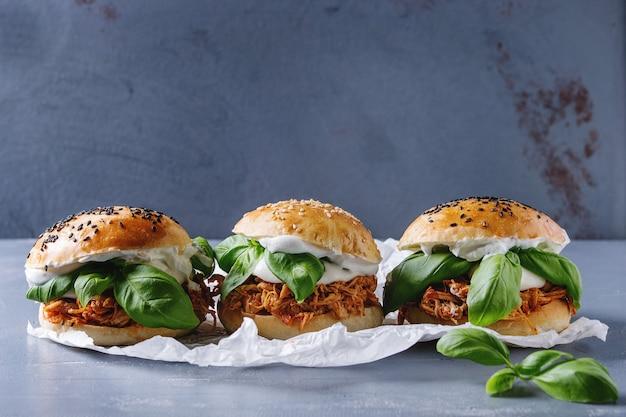 Mini hamburguesas caseras con pollo desmenuzado