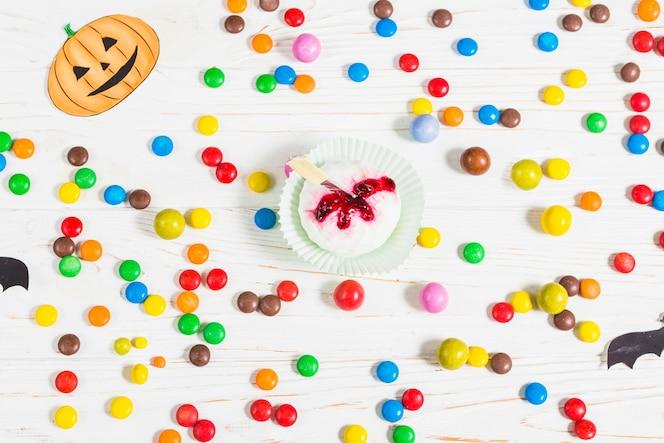 Mini muffin entre pequeños caramelos coloridos