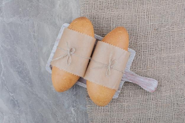 Mini pan blanco sobre tabla de madera