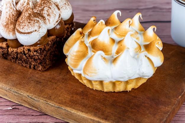 Mini pastel de chocolate y tarta de limón.