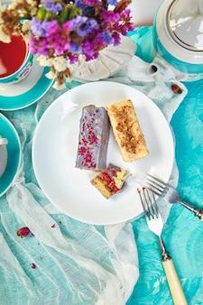 Mini pastel de mousse con chocolate y tazas de té