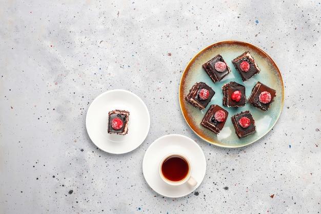 Mini pasteles de chocolate caseros sabrosos, vista superior