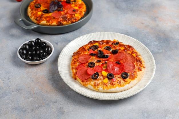 Mini pizzas caseras frescas.