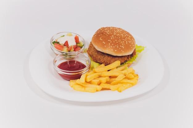 Mini plato de hamburguesas con papas fritas ensalada aislado