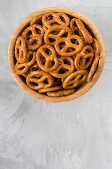 Mini pretzels salados tradicionales en tazón de madera
