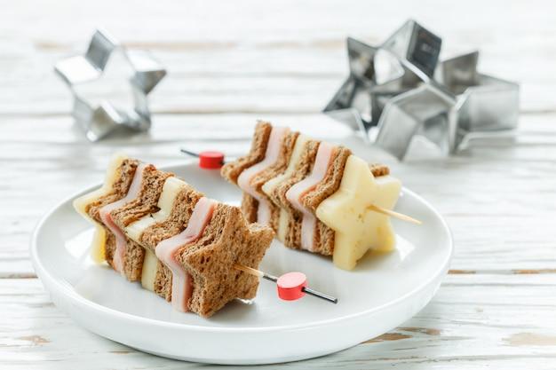 Mini sándwiches queso jamón pan en brochetas en forma de estrellas