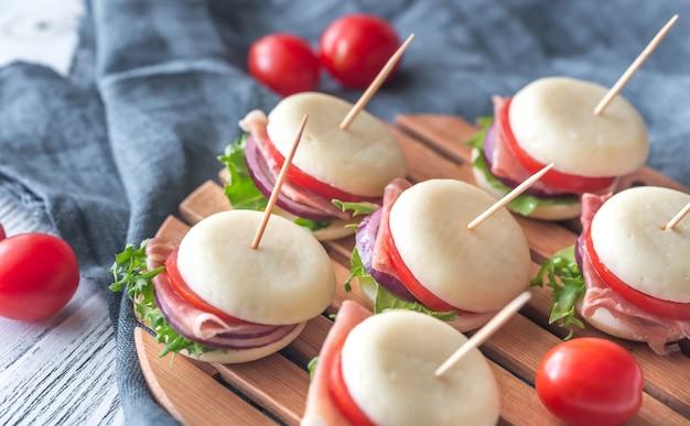 Mini sándwiches de queso y jamón