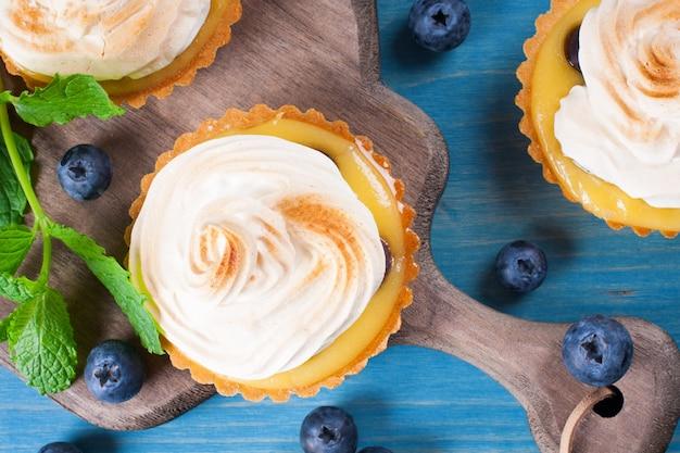 Mini tartaletas de cuajada de lima con merengue.