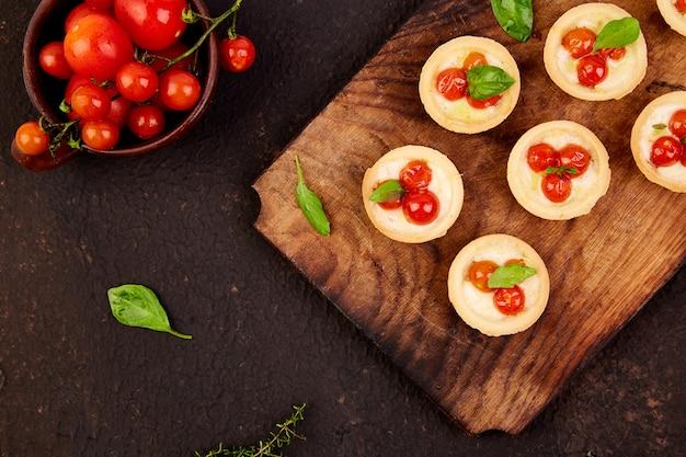 Mini tartas de tomates cherry con queso mozzarella