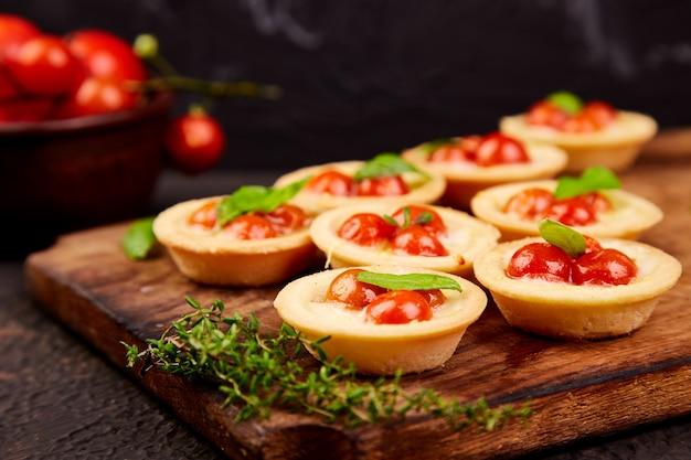 Mini tartas con tomates cherry