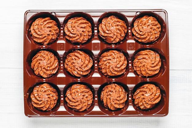 Mini tortas trufas con gotas de chocolate y cacao en polvo