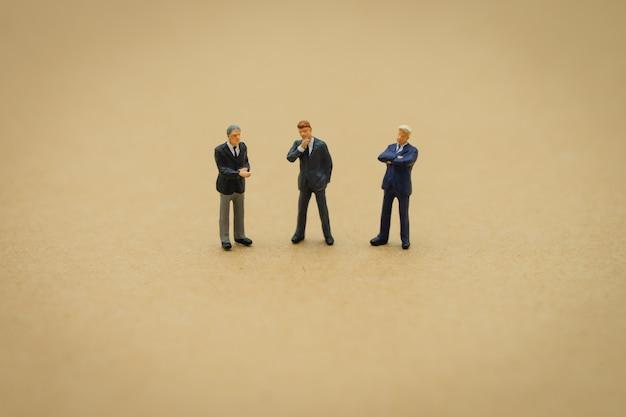 Miniatura 3 personas de negocios de pie con la espalda. negociación en los negocios.