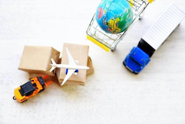 Miniatura de camiones y aviones con cajas