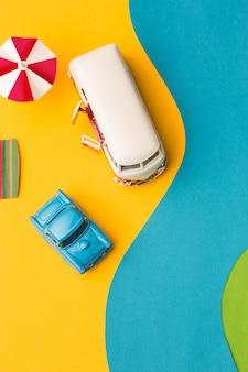 Miniatura de coches antiguos y minivan en falso paisaje