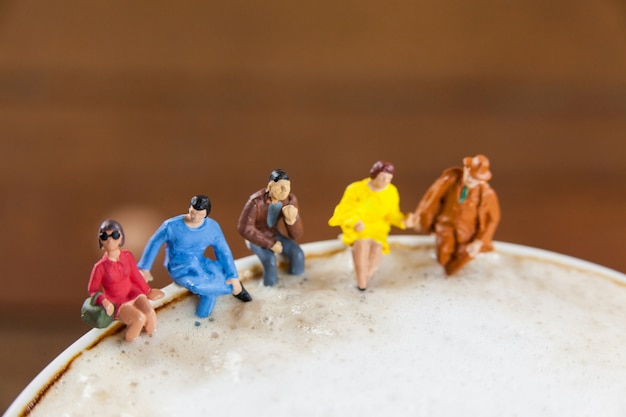 Miniatura grupo de amigos que se café