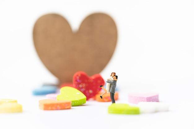 Miniatura de una mujer y un hombre enamorado frente a un cartel con copyspace