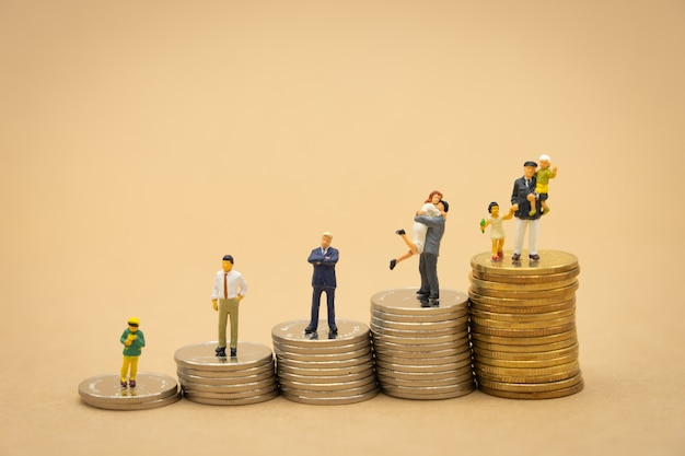 Miniatura personas empresarios de pie análisis de inversión o inversión.