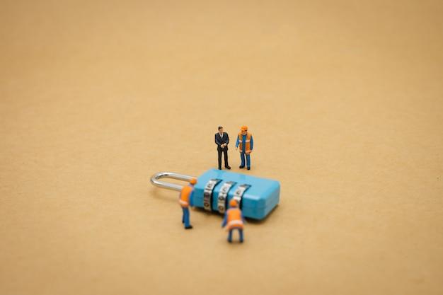 Miniatura de personas trabajador de la construcción seguridad reparación clave y el tratamiento