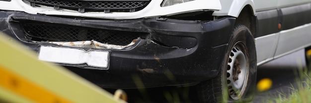 Minibús roto se encuentra en la carretera después de un accidente. concepto de seguro de coche