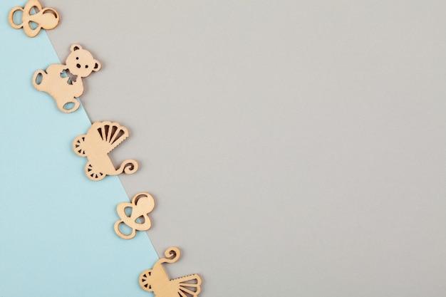Minimal fondo decorativo en colores pastel con pequeñas figuras de madera para cumpleaños recién nacido
