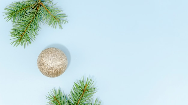 Minimalista bola de navidad y hojas de pino con espacio de copia