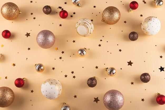 Minimalista bolas redondas de navidad blancas rojas y doradas sobre un fondo neutro con estrellas