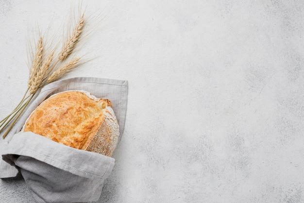 Minimalista envuelto pan y copia espacio